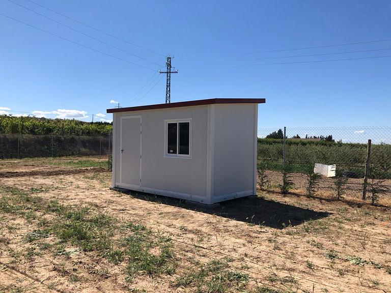 caseta prefabricada en el campo